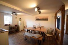Ferienwohnung - Esstisch und Küche